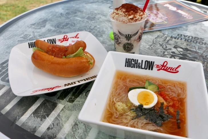 コブラドック(リスペクトソース)」(700円)はピリ辛の岩田剛典さんの一押しフード。九龍グループの劉麺(850円)は暑い夏にぴったりな冷麺になっています。 かき氷は各チームのイメージカラーにあわせて10種類が用意。「MUGEN」をイメージした「MUEGNかき氷」(