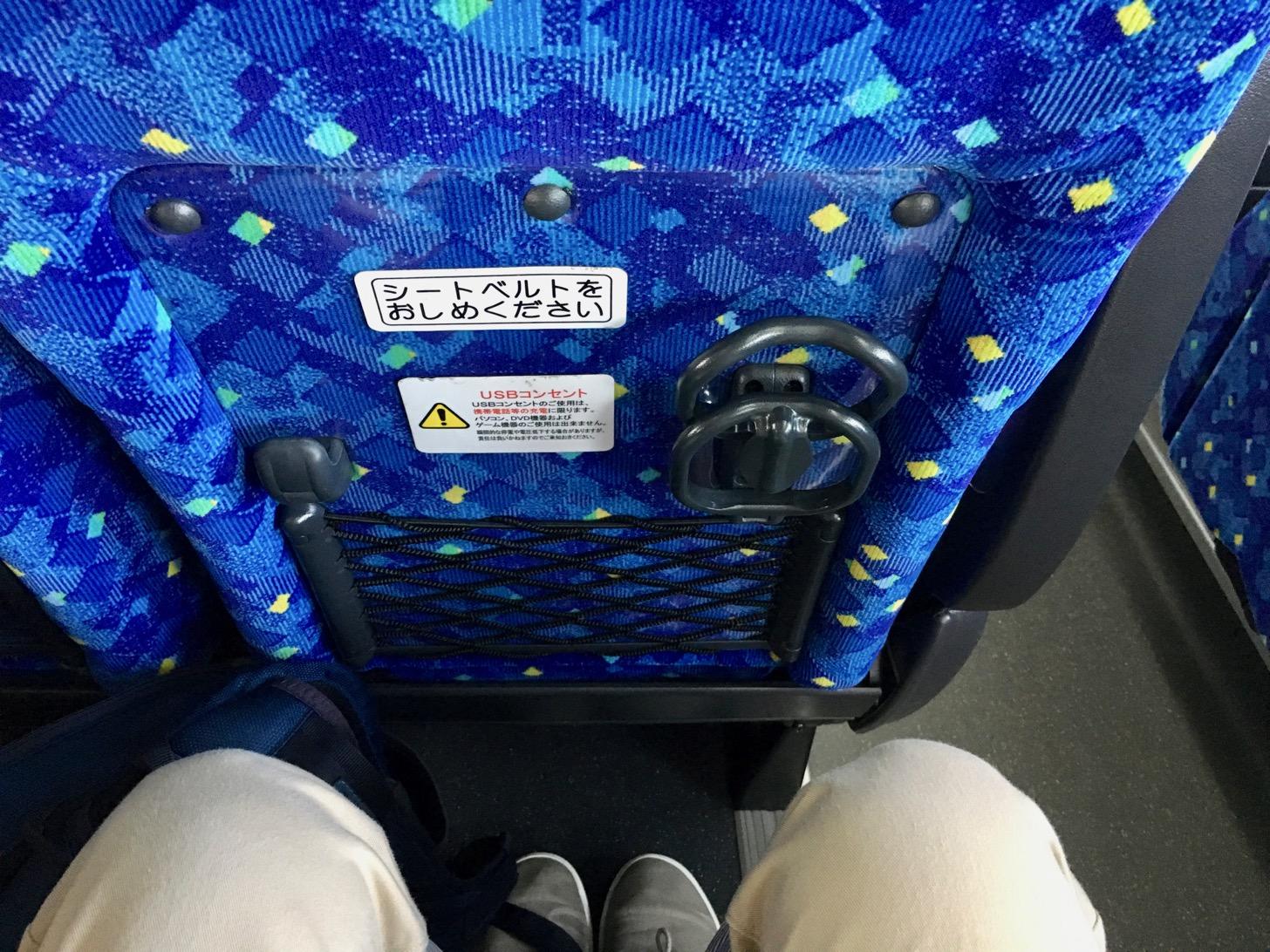 調布駅からディズニーランド・シー行きの高速バス内の座席