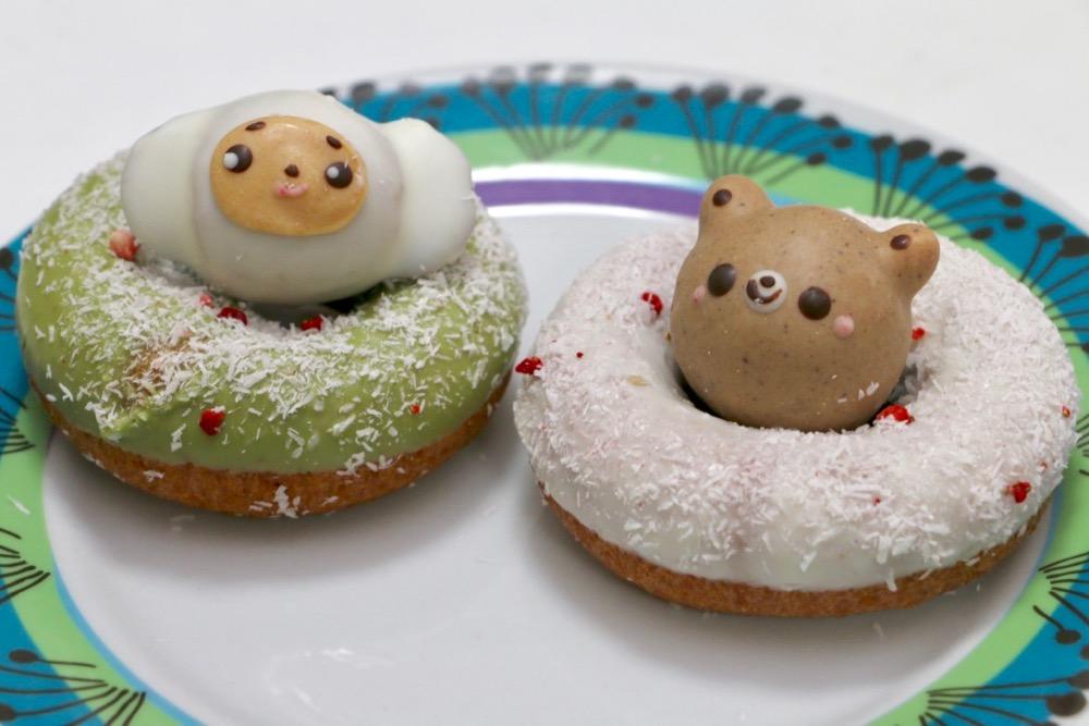 「ころころチェブ(左)」の抹茶と「雪んこドーナツ(右:300円税込)」