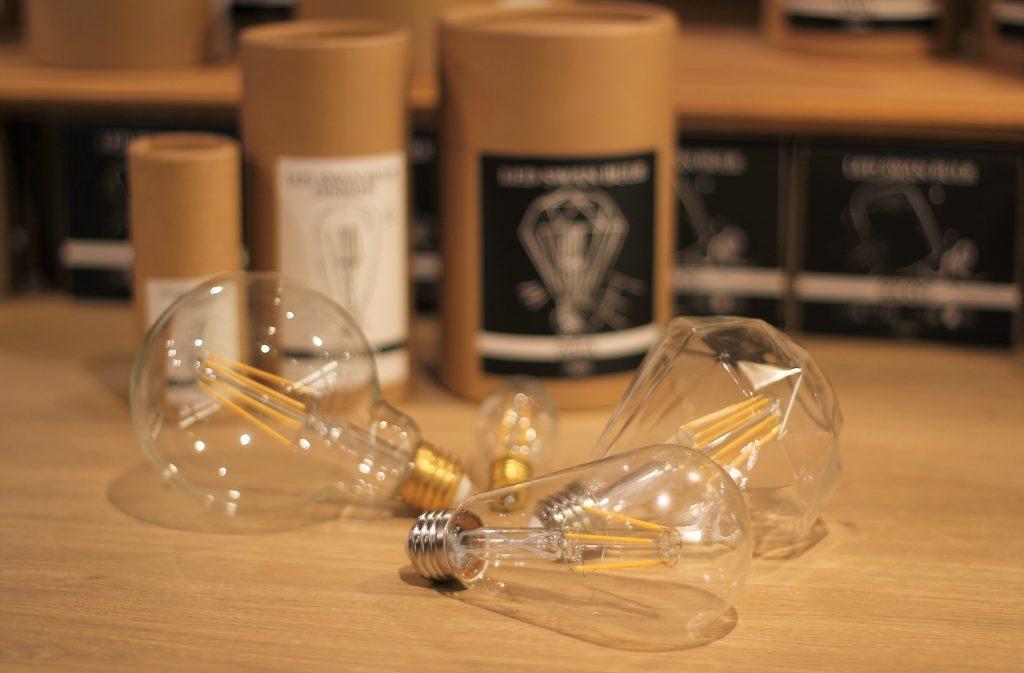 LED スワンバルブ(調光非対応)とスワンバルブディマー(調光対応)