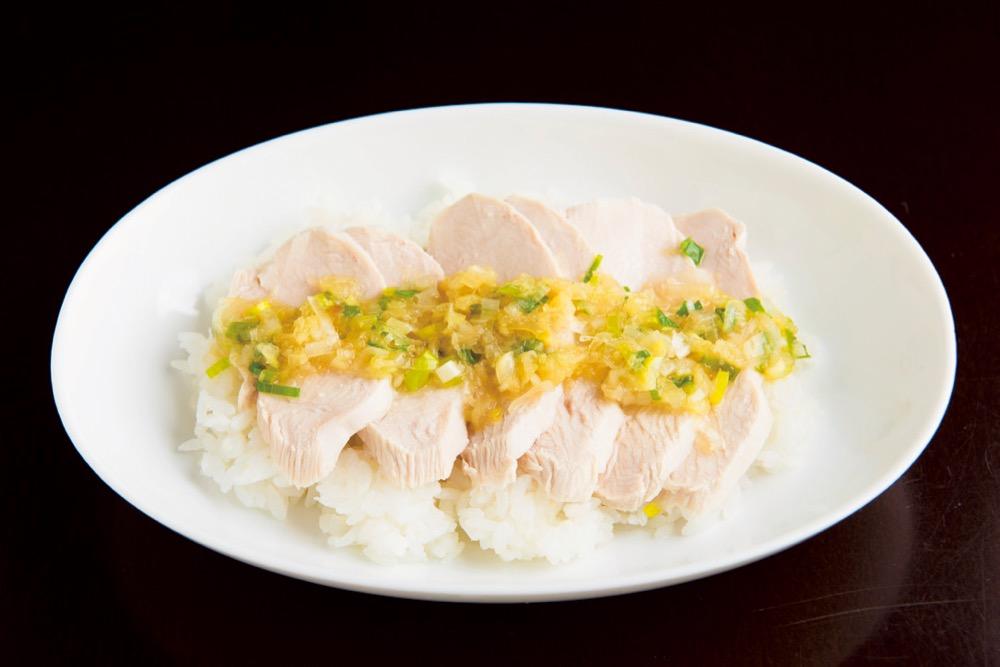 「食欲全開!香ばしねぎソースの蒸鶏丼」 500円