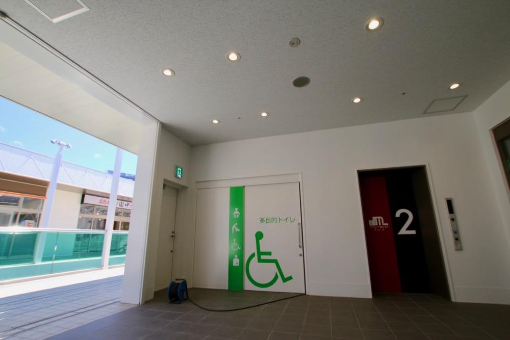 多目的トイレ(おむつ交換台付き)と1階へ降りるエレベーター