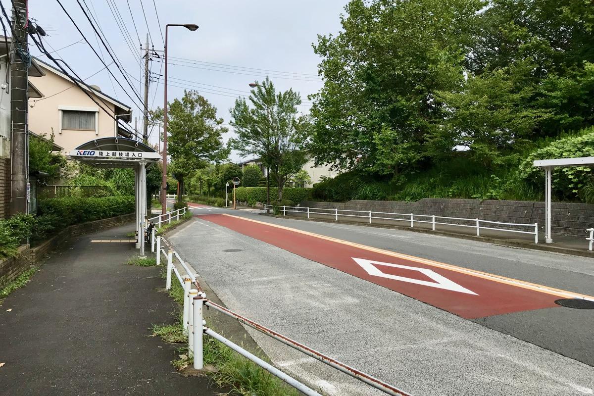 陸上競技場入口のバス停