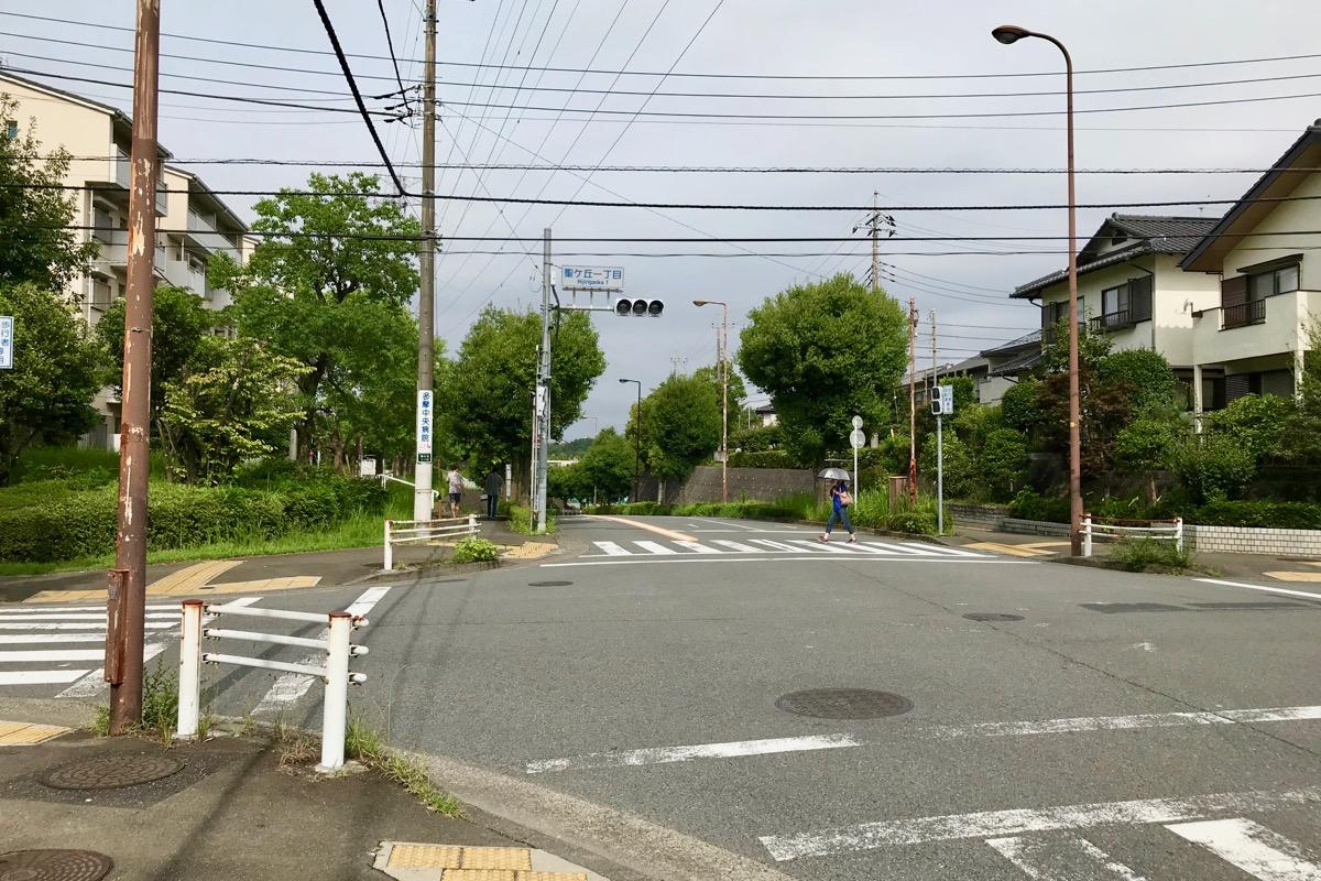 聖ヶ丘一丁目交差点を左折