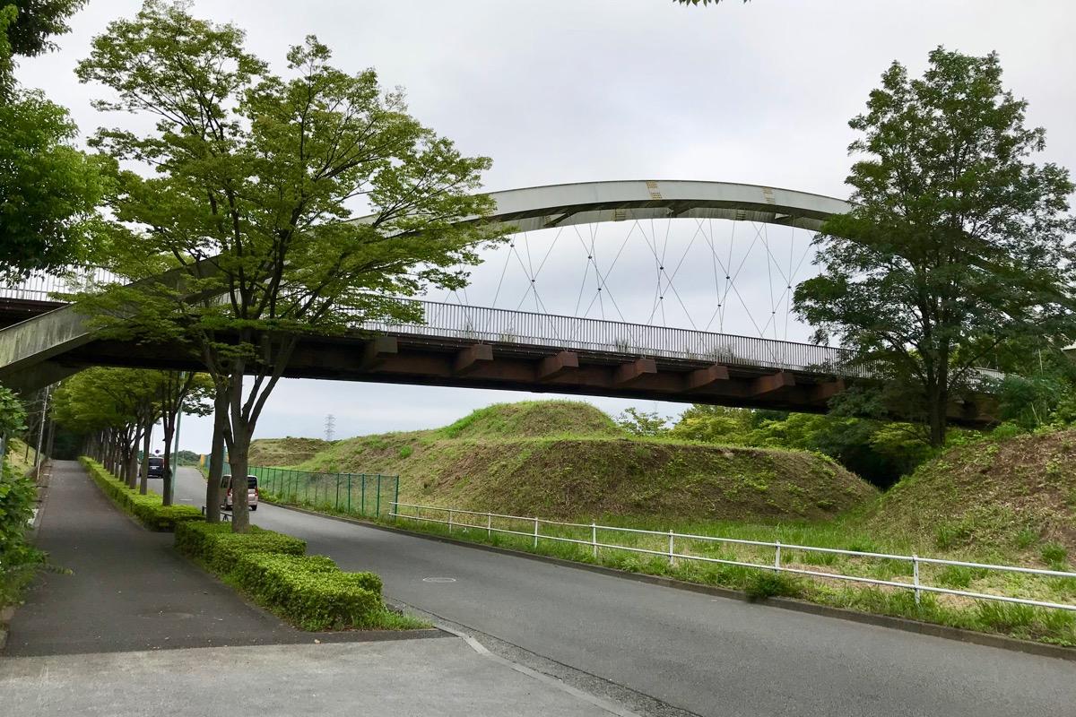 「弓の橋」の下を通過