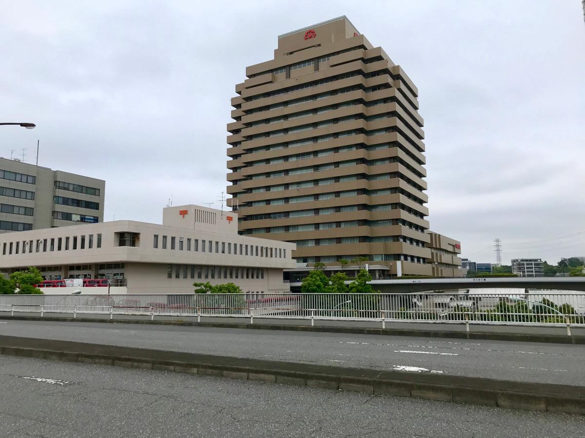 多摩中央郵便局と朝日生命相互会社多摩本社ビルが見えるこの地点