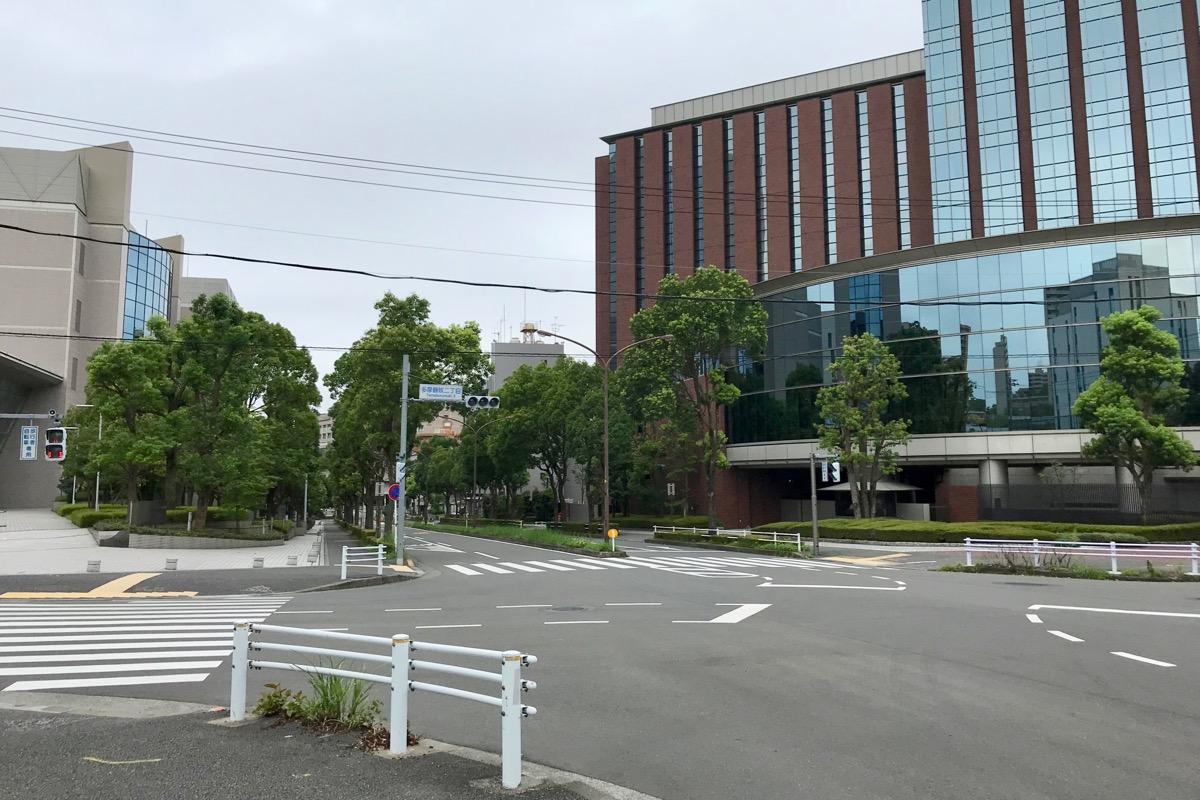 東京海上日動ビルがある多摩鶴牧二丁目の交差点
