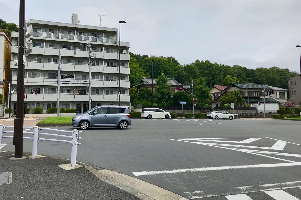 島田療育センター入口交差点を左折して多摩ニュータウン通り