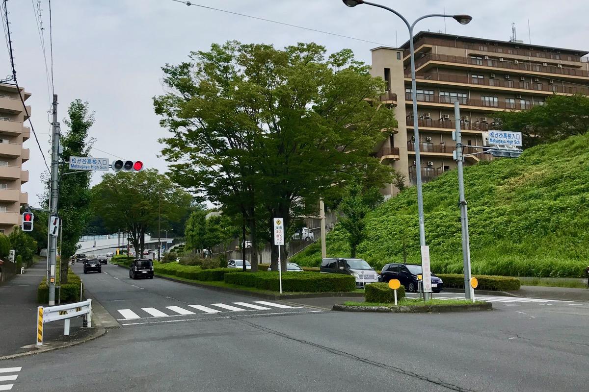 松が谷高校入口交差点