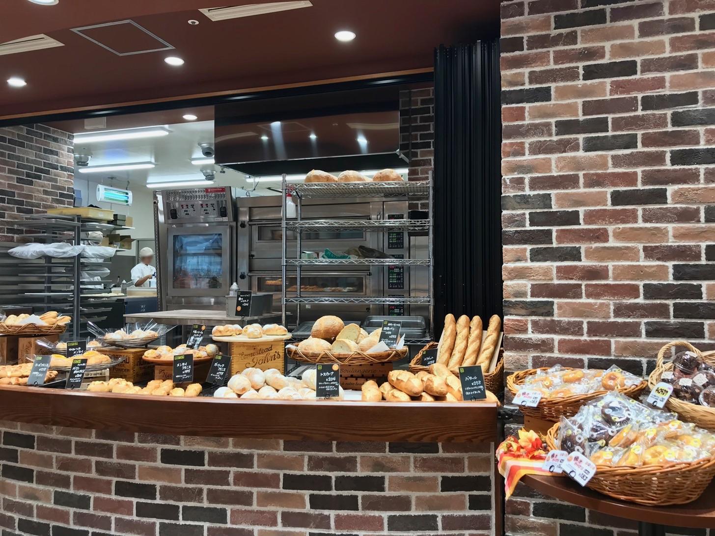 厨房内では、大きなパンの焼き窯