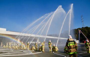 多摩市消防団出初式(過去の放水時の様子)
