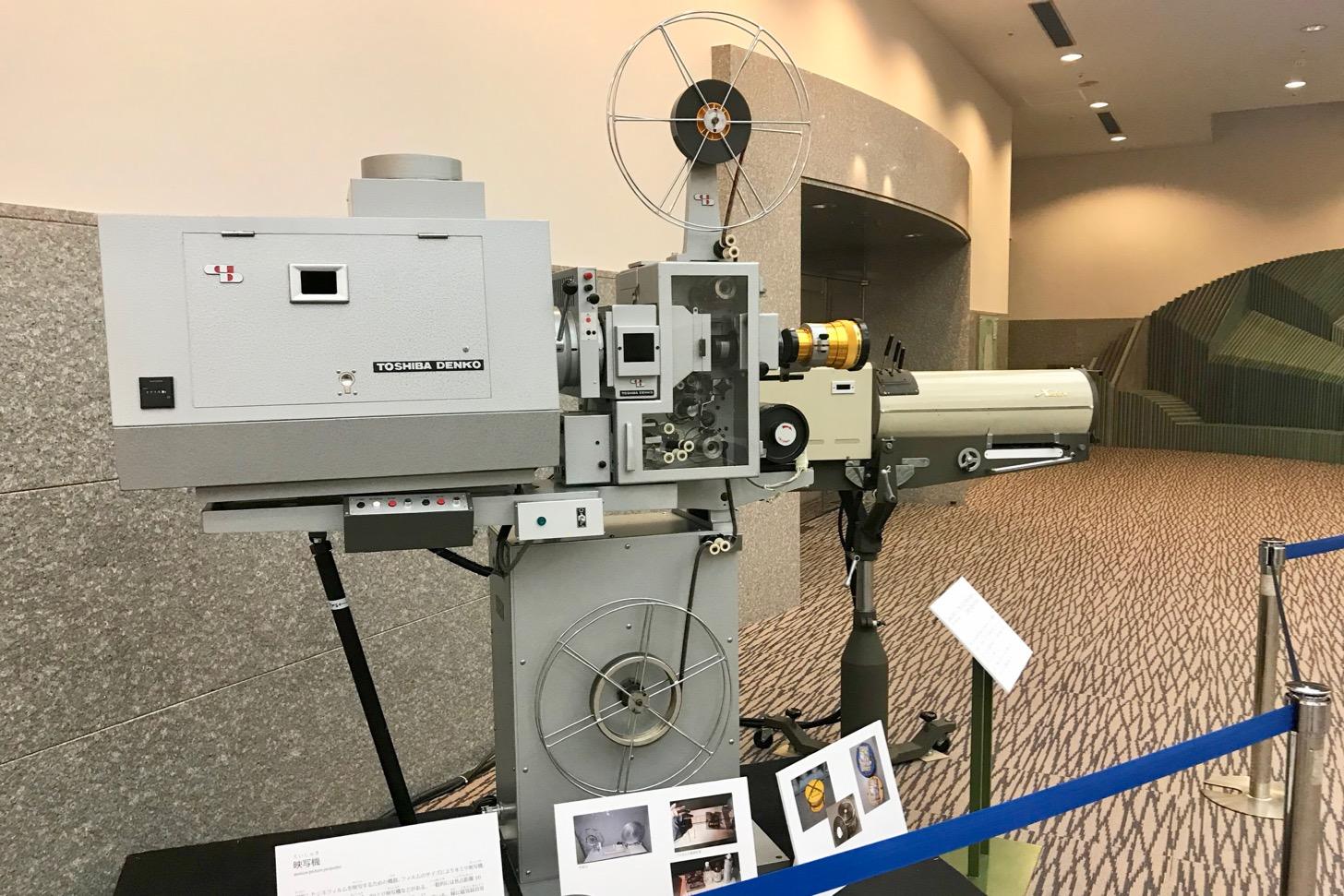 映写機と2Kwクセノンピンスポットライト