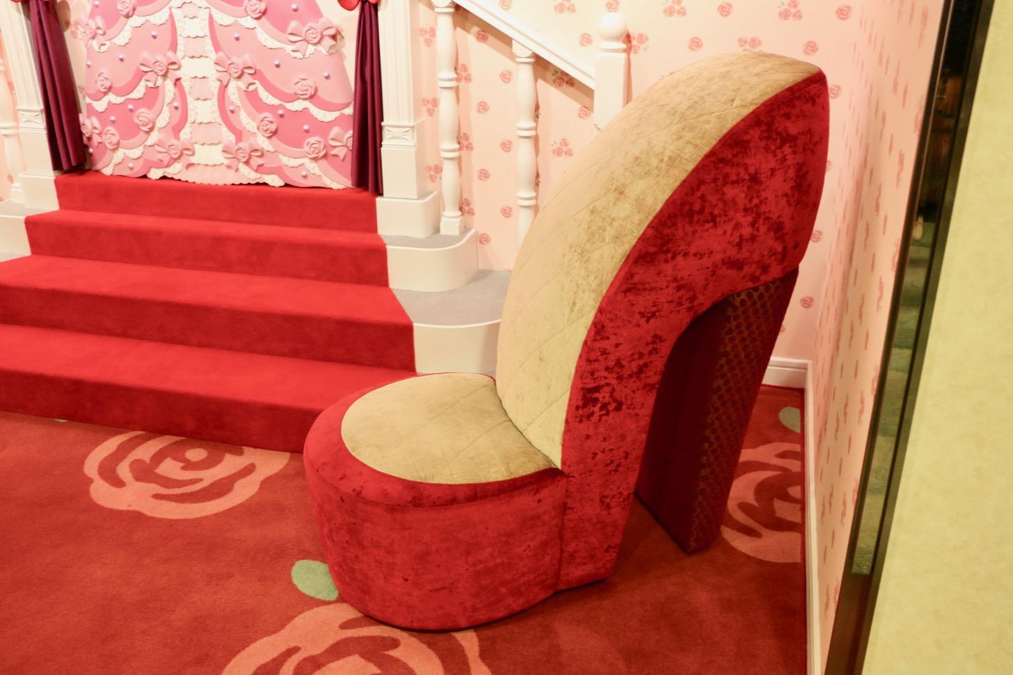 階段の前には幸せを呼ぶジンクスのあるある「右足」のハイヒールチェアを配置