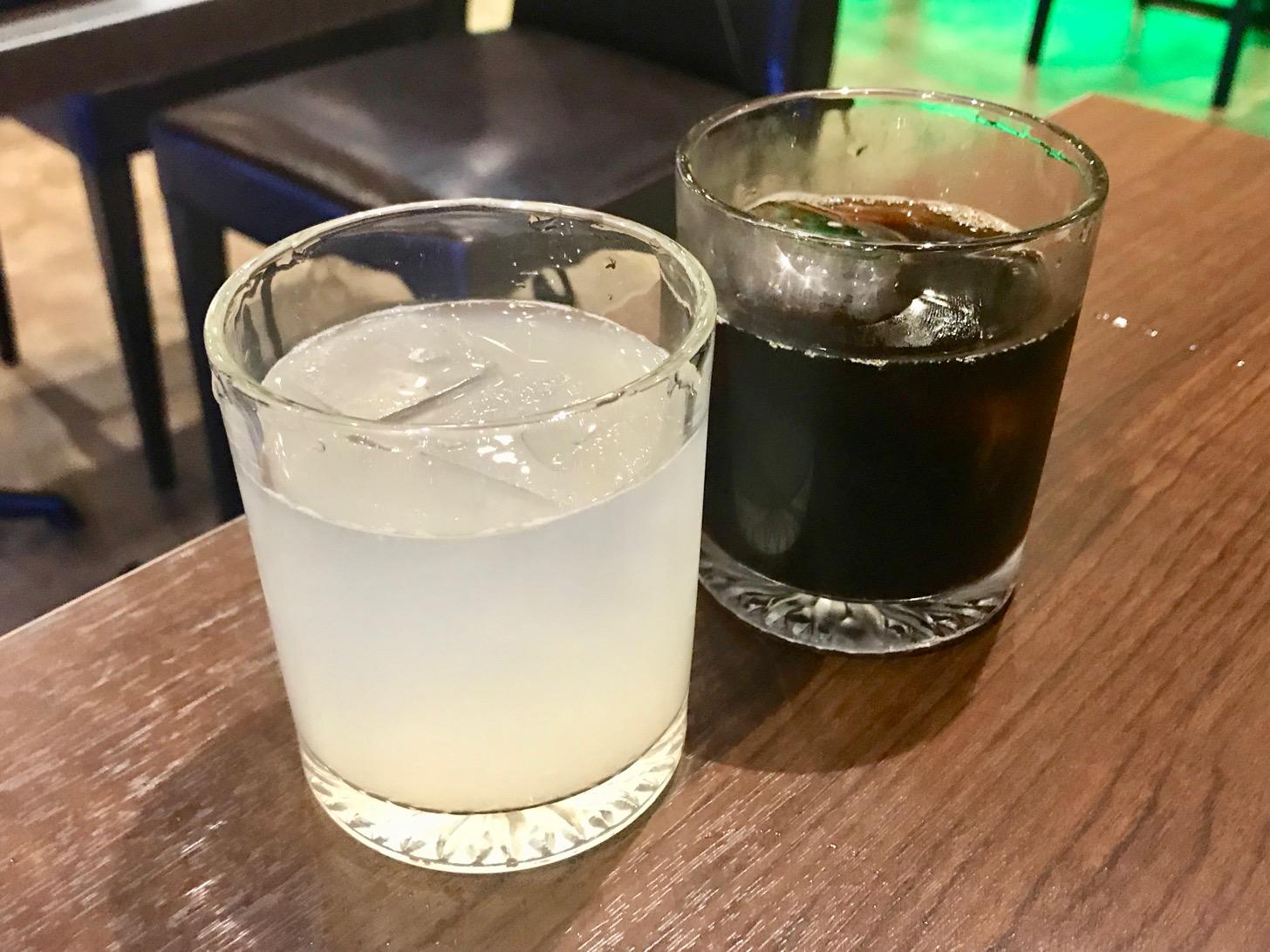 梨ジュースとアイスコーヒー