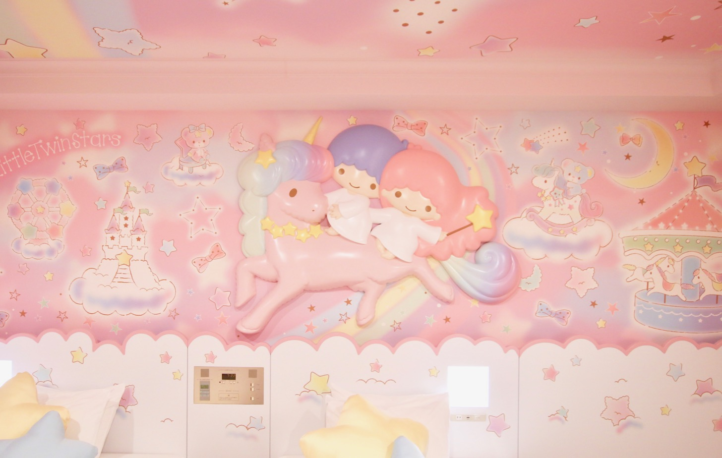 京王プラザホテル多摩 ヘッドボードには、好奇心旺盛でちょっぴりあわてんぼうのキキとこわがりでちょっぴり泣き虫のお姉さんララがユニコーンに乗って遊園地にやってくる姿