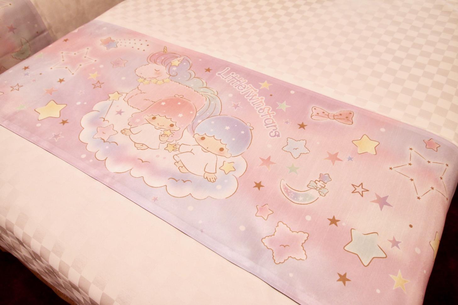 京王プラザホテル多摩 ベッドのフットスローでは、ふわふわの雲の上でユニコーンとキキ&ララがお休み中