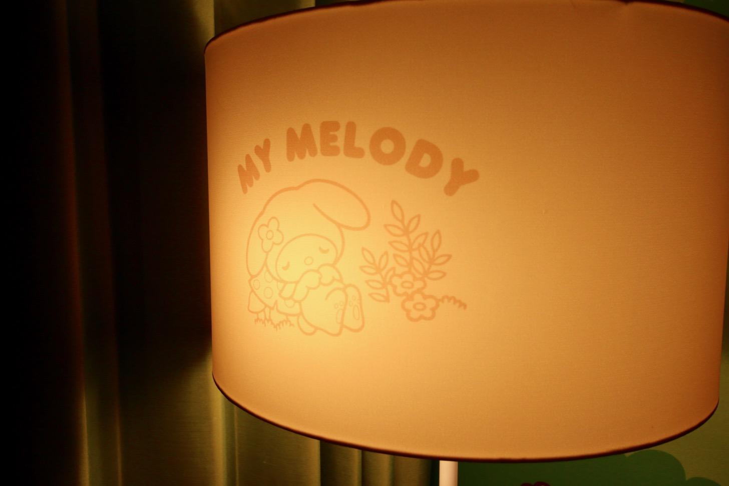 京王プラザホテル多摩 マイメロディ ルーム フロアランプを点灯すると「隠れマイメロディ」