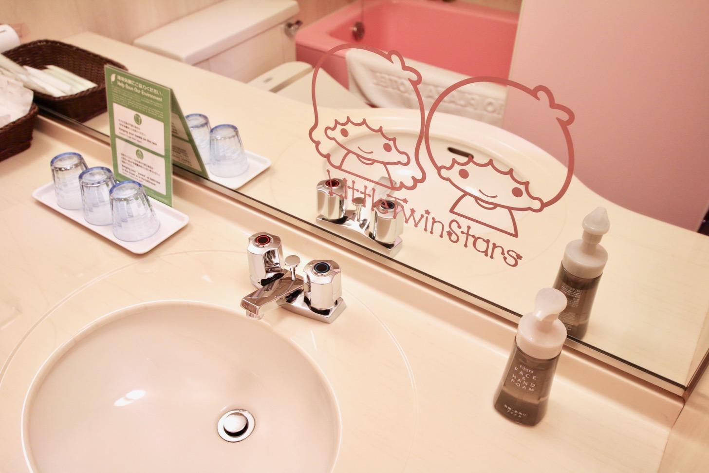 京王プラザホテル多摩 バスルームにもキキ&ララが鏡に施され、バスタブはピンクにカラーチェンジ