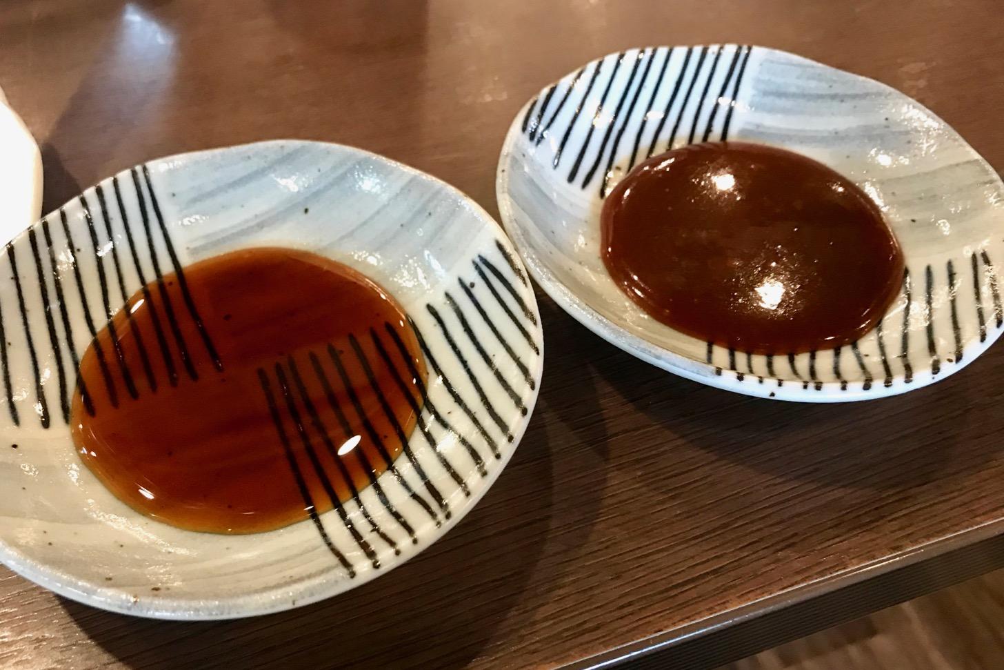 焼肉五苑 多摩センター店の醤油タレ(左)と味噌タレ(右)