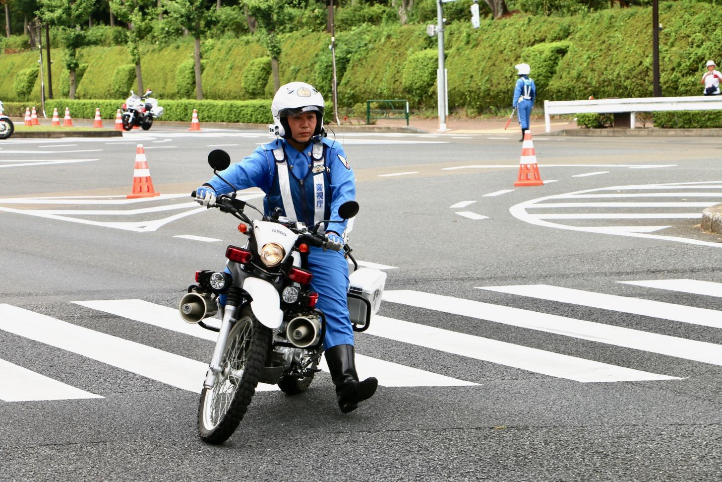 オフロード白バイによる道路状況把握。