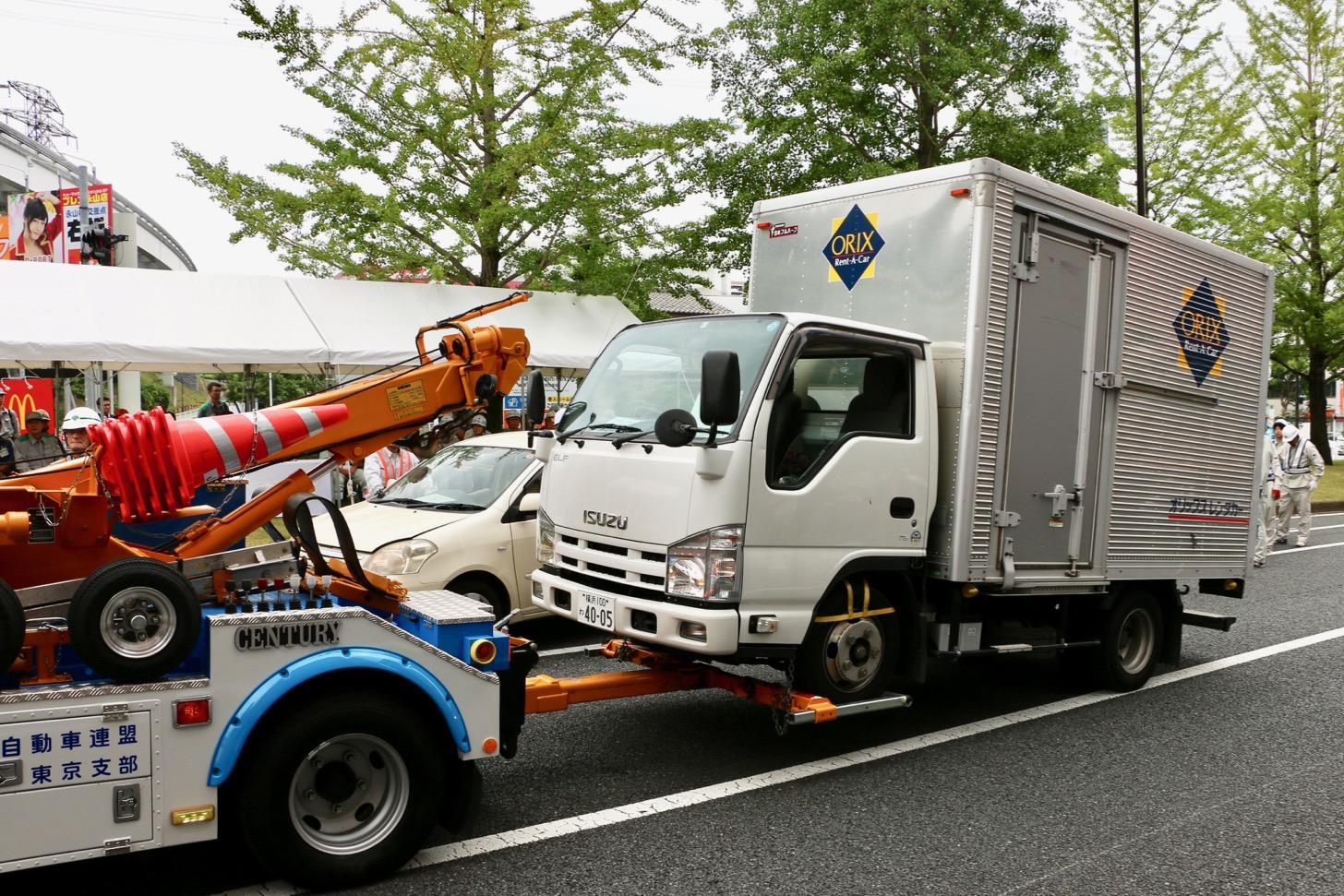 トラックをレッカー移動。