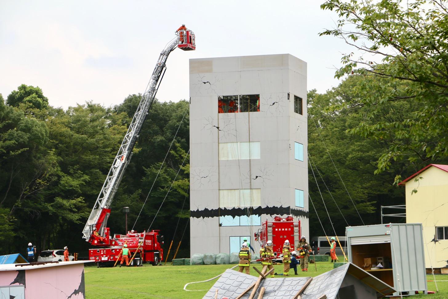 倒壊建物等からの救出救助訓練(公助訓練)(多摩中央公園)はしご車