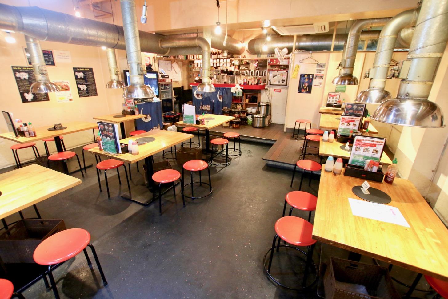 永山のホルモン焼肉屋「ホルモンすず」店内のようす
