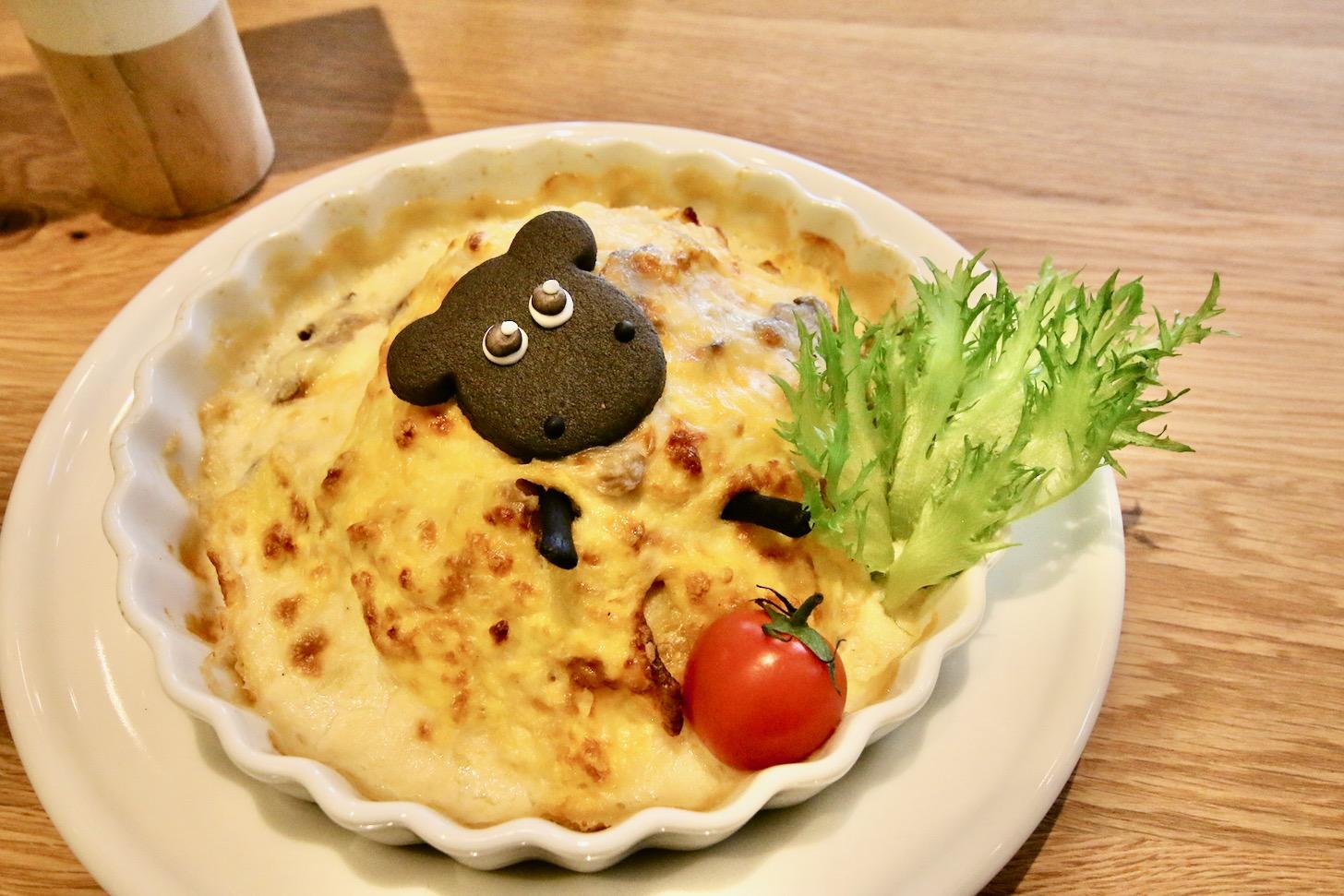 ひつじのショーンビレッジショップ&カフェ シャーリーの食いしん坊グラタンオムライス