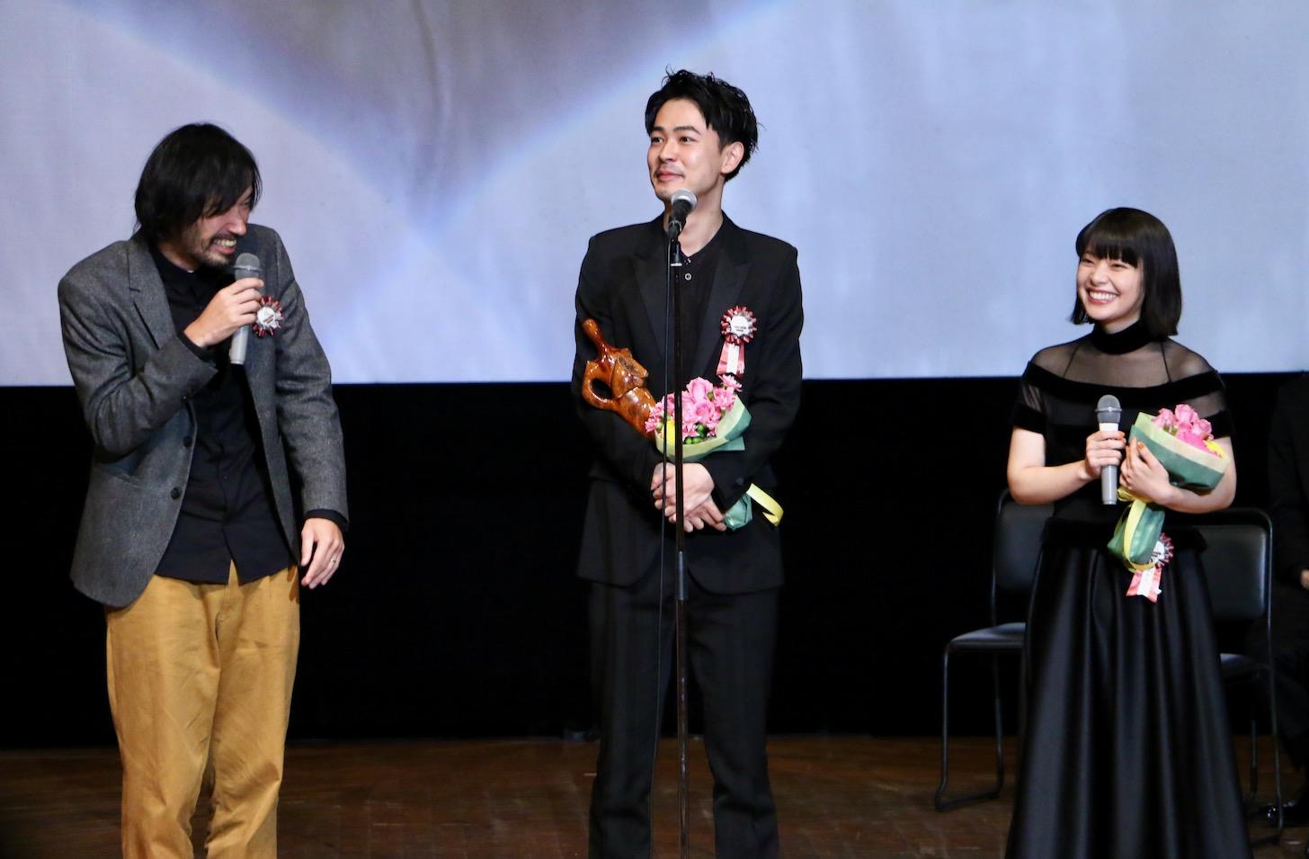 サプライズで登場した今泉力哉監督(左)と成田凌さん、岸井ゆきのさん 第11回TAMA映画賞授賞式(C)多摩ポン
