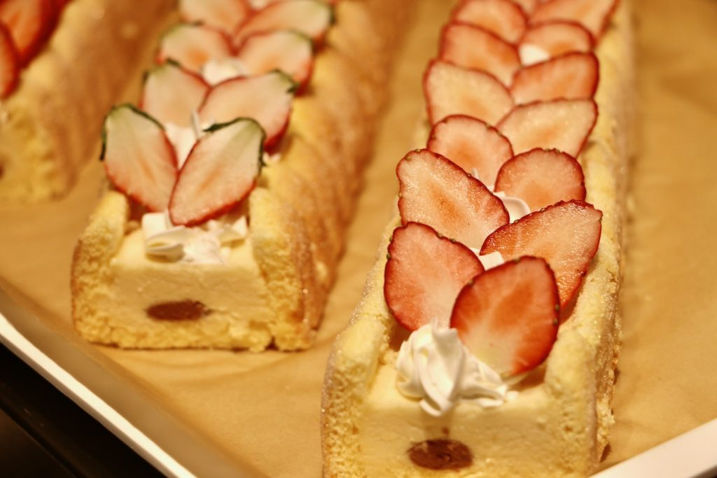 イチゴとバナナのシャルロットケーキ
