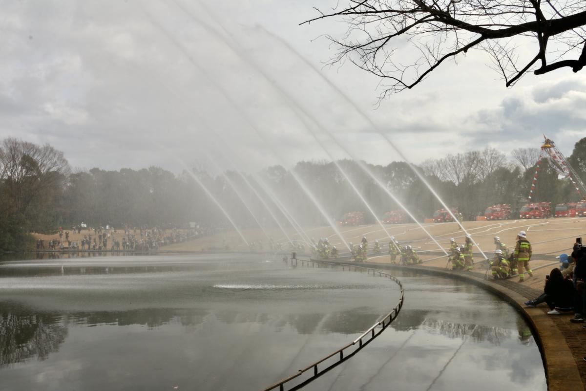 令和2年多摩市消防団出初式の一斉放水が多摩中央公園大池