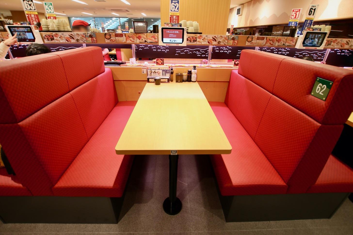 スシロー多摩センター店のテーブル席