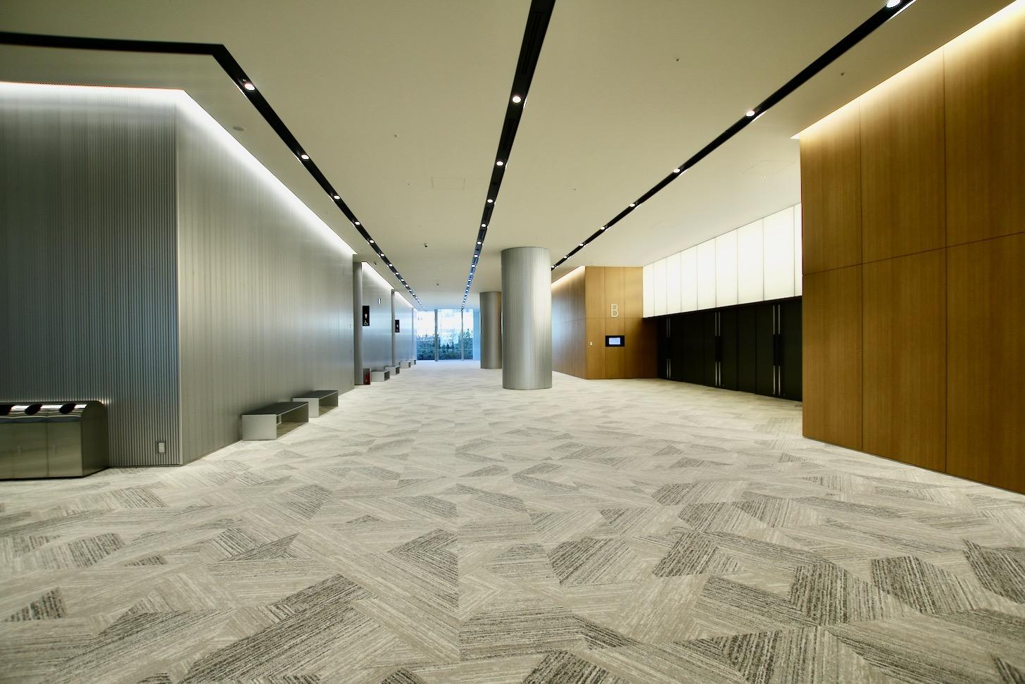 1階 最大1,500名以上が入る「FOREST HALL」ホワイエ