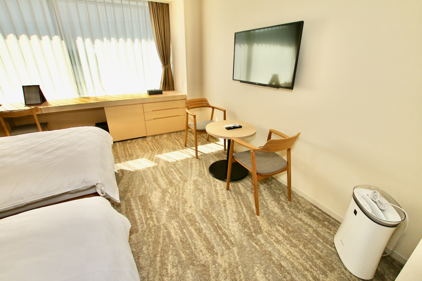 LINK FOREST ツインルーム(広さ31㎡/10室)には大きめの液晶テレビ、テーブル、イスセットも