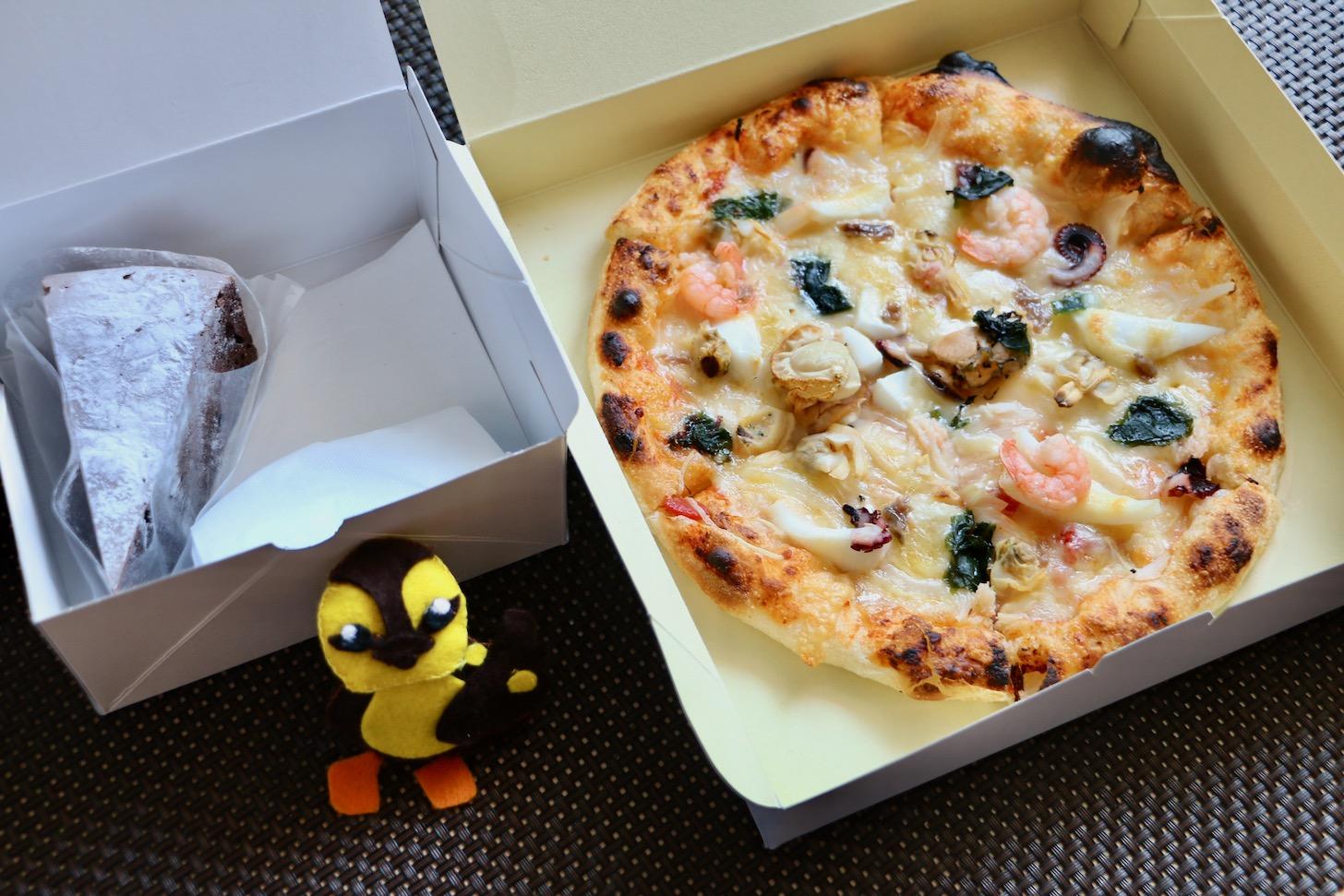 多摩市落合「ハウスリーク」でシーフードピザとケーキをテイクアウトしてきた