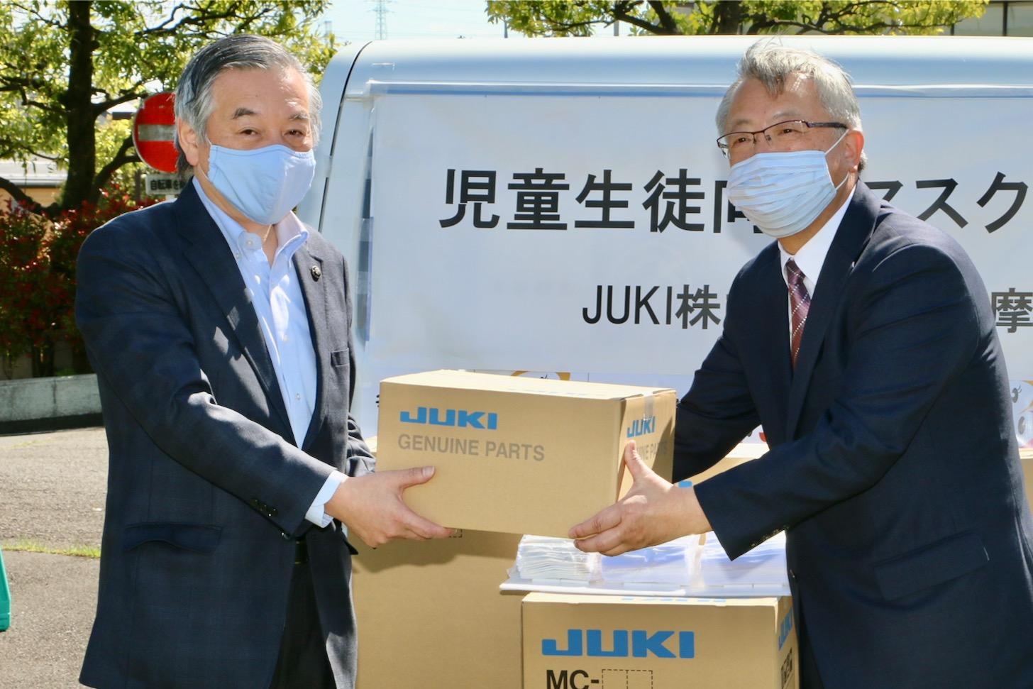 (左から)阿部裕行 多摩市長とJUKI株式会社 代表取締役社長の清原 晃さん