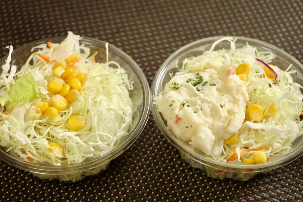 松屋のサラダ(左)とポテサラ付きサラダ(右)