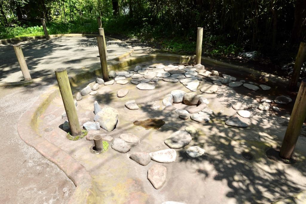 多摩センターの遺跡庭園「縄文の村」竪穴住居の模型