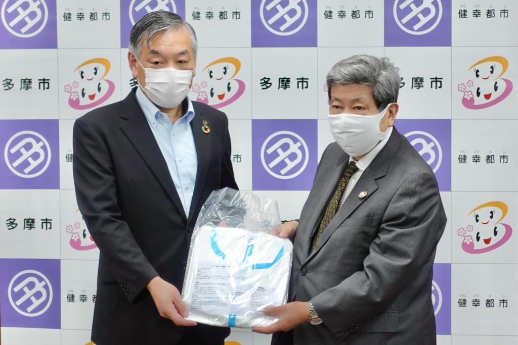 (左から)阿部裕行 多摩市長と学校法人 理事長・学園長 佐藤 東洋士さん