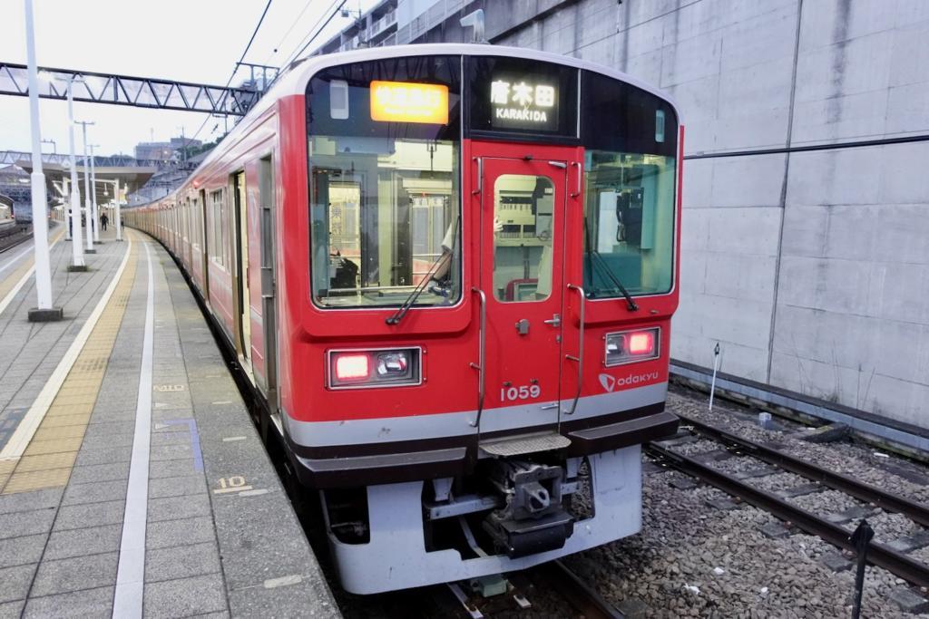 小田急線に箱根登山電車「赤い1000形車両」が8月末まで特別運行中