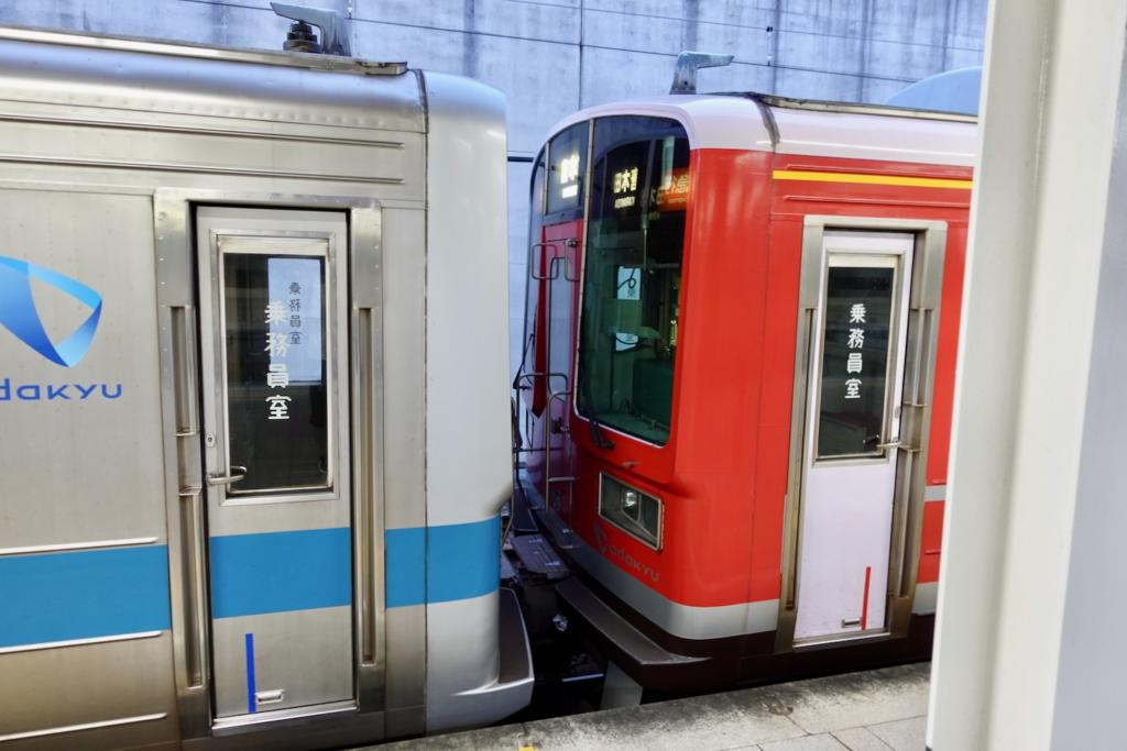 「赤い1000形車両」と通常の小田急線の車両の連結部分