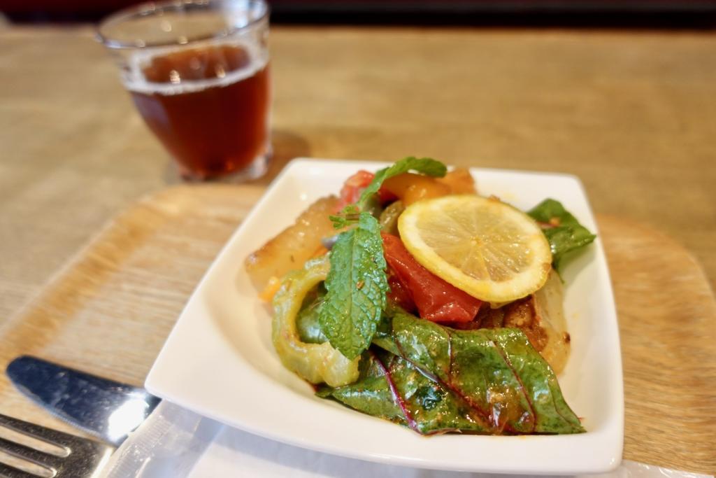 「Mametora kitachen」スパイシーカレーチキンと野菜のサラダ