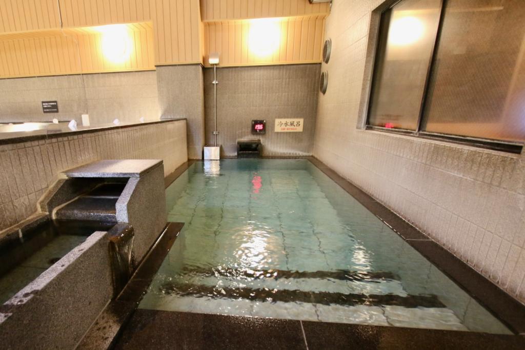多摩境天然温泉「森乃彩冷水風呂は深さ90cm