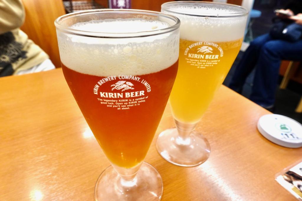「よなよなエール(左)」と「常陸野ネストホワイトエール(右)」で乾杯