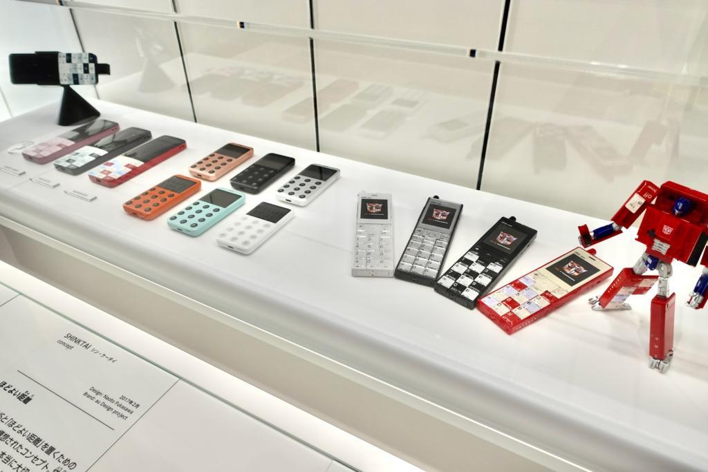 「INFOBAR」を始めとする「au Design project」のコンセプトモデルなど、全てのラインナップを観られる