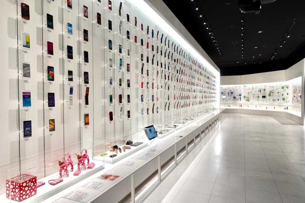 「au Gallery」は「au」の携帯電話を使っていた方なら、懐かしの携帯電話ときっと再会できることは間違いなしの必見の展示