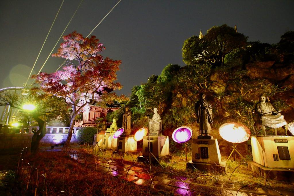 八祖師像や文化財の「多宝塔」の周りにも和傘でライトアップ