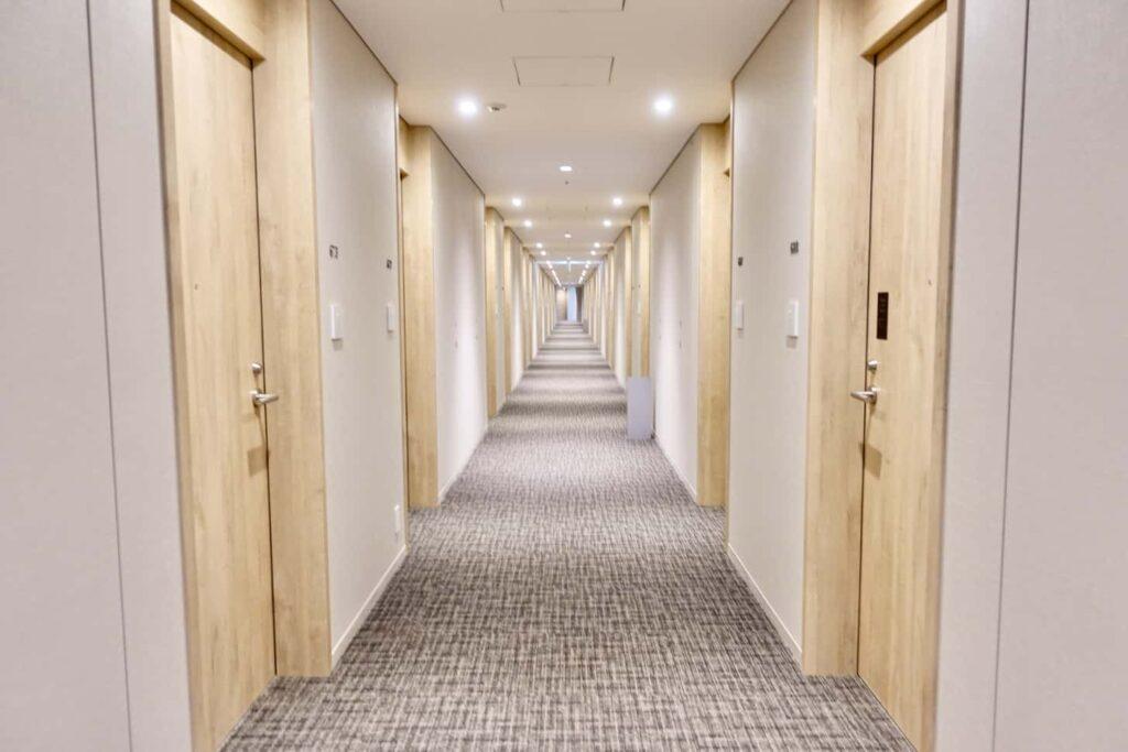KDDIの宿泊研修施設「LINK FOREST」廊下