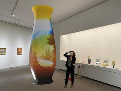 巨大化したエミール・ガレの「風景文花器」(イメージ)