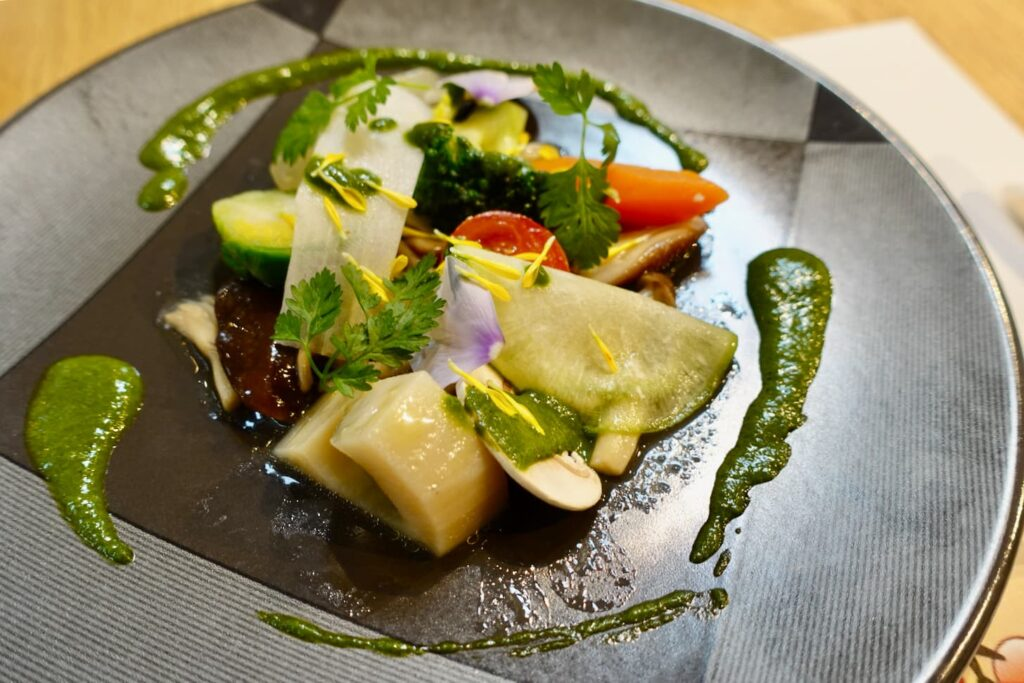 3種のきのこと季節野菜のフリカッセ 香草風味のソース